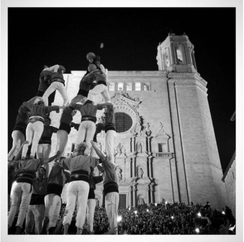 Els castellers pujant per la Catedral per @xdocampo